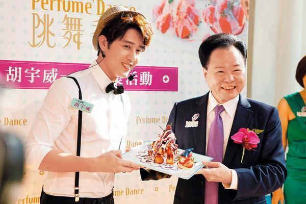 安晨妤的公公張寶鄰(右)發展飲食品牌跳舞香水,曾找胡宇威(左)擔任一日店長。(展圓國際提供)