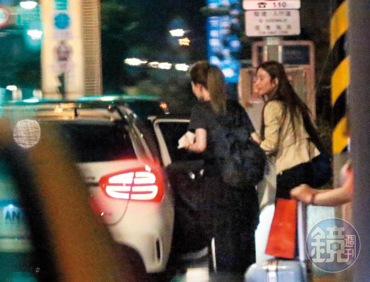 5月22日20:21,KID的車開出家門後一路快衝,到了南港車站外停妥,兩女步出車站並上KID的車離開,其中一女是許維恩(右)!