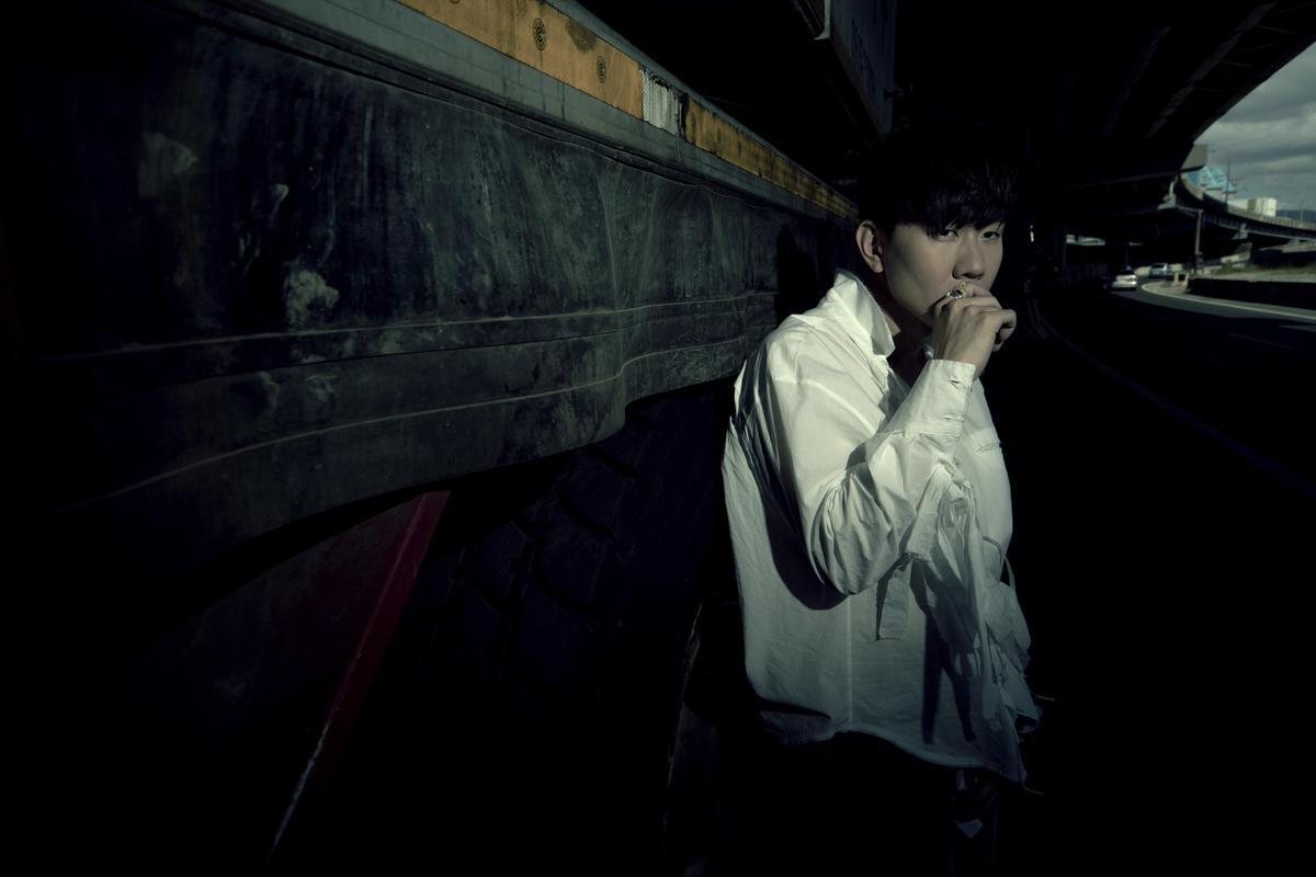 兩屆金曲歌王林俊傑憑著〈偉大的渺小〉拿下十大單曲。(華納)