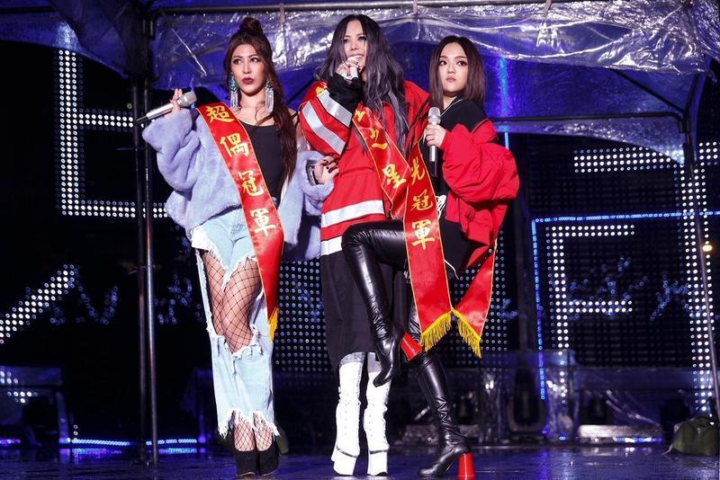 張惠妹《偷故事的人》專輯有艾怡良(左)、徐佳瑩(右)貢獻作品並合唱。而徐佳瑩的《心裡學》專輯也拿下專輯及單曲兩個獎項。(環球提供)