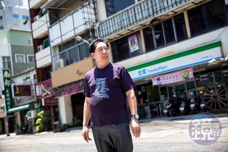 銀波布丁第二代吳文耀站在銀波茶座的舊址前,老店如今已成為便利商店。