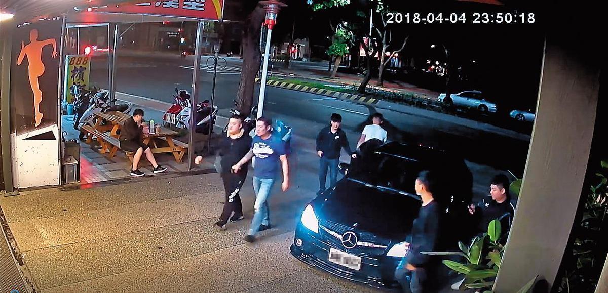4月4日深夜,張嫌帶著小弟到成吉思汗健身俱樂部林口分館嗆聲要找館長。(翻攝畫面)