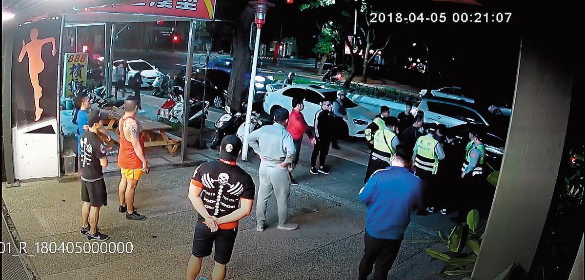 黑衣人在成吉思汗林口分館聚集,警方獲報後到場逮人。(翻攝畫面)