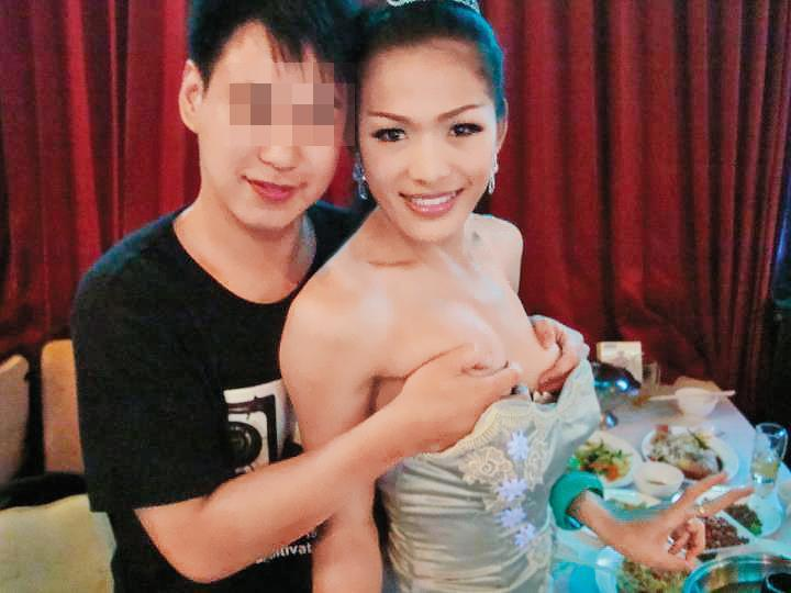 洪姓政風人員(左)赴泰國旅遊時,用手托住人妖雙峰,還在臉書分享照片。(翻攝自臉書)
