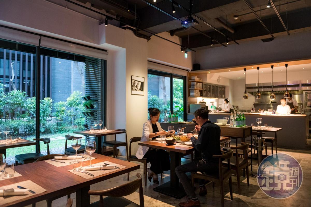 餐廳正門隠約低調,但一走進用餐區,綠蔭及日光穿透空間,明亮舒適。