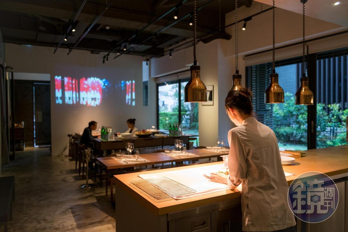 「187 BDSG」的空間也像前衛風格的藝廊。