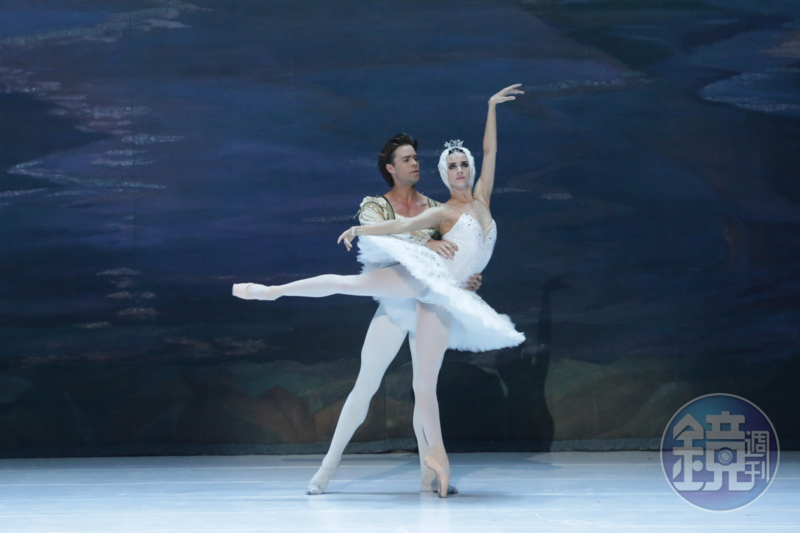 基輔芭蕾舞團當家天后娜塔莉瑪莎克和英國皇家芭蕾舞團前任首席馬修高頓領銜主跳《天鵝湖》,兩人默契十足,透過肢體語言傳達角色愛慕之情。