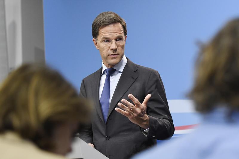 荷蘭總理馬克呂特常有許多親民舉動,包含在公共場合整理自己打翻的咖啡,在社群媒體上到處圈其他國家的粉絲。(東方IC)