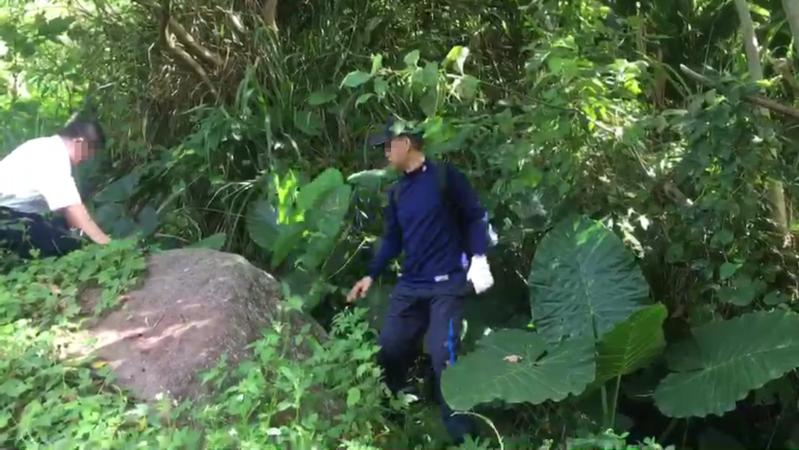 經警方漏夜搜山,在今(7)日上午9時14分在距離案發現場2公里處的菜園工寮中,發現疑似服農藥自殺的何良鑑遺體。(翻攝畫面)