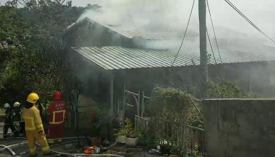 嘉義竹崎山區一處民宅突傳出大火,造成一死一傷,警方懷疑是縱火案。(警消提供)