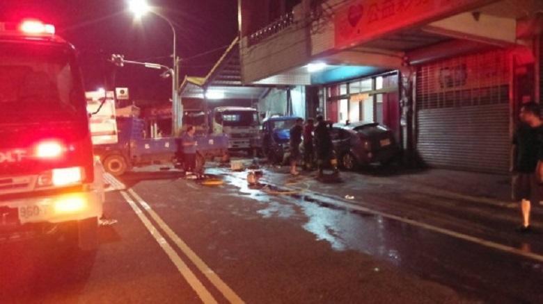 失控撞擊停放路邊騎樓的兩輛貨車,現場滿目瘡痍。(警方提供)