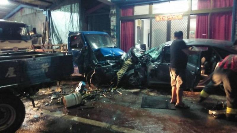 陳男駕車失控撞擊停放路邊騎樓的兩輛貨車,現場滿目瘡痍。(警方提供)