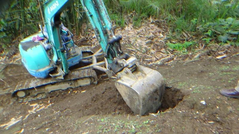 警方會同環保署開挖埋有重金屬的汙泥、垃圾。(警方提供)