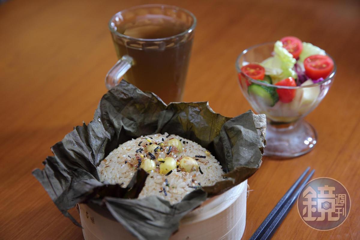 「荷葉蓮子飯」使用台南在地的六甲越光米,伴入紅蔥油後細火半燉。(450元/套)