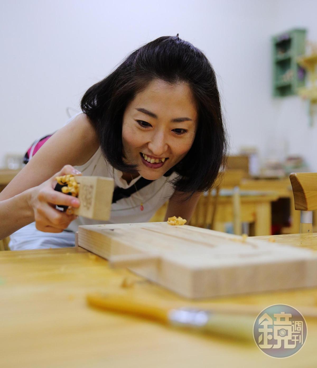 在觀光工廠能體驗手做檜木筷子,削出來的檜木削,香氣布滿整間教室。(250元/人)