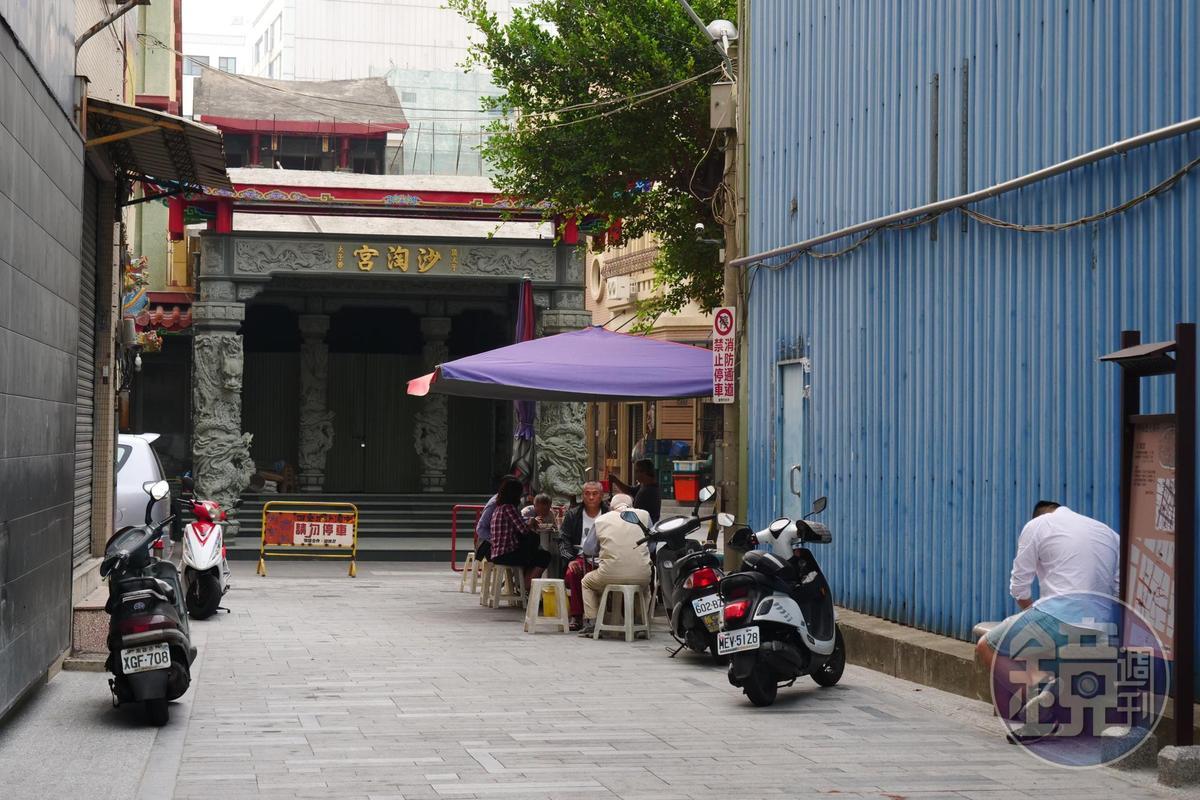 「老鄭的粽子」在西門路沙淘宮牌樓內大樹下屹立70年。