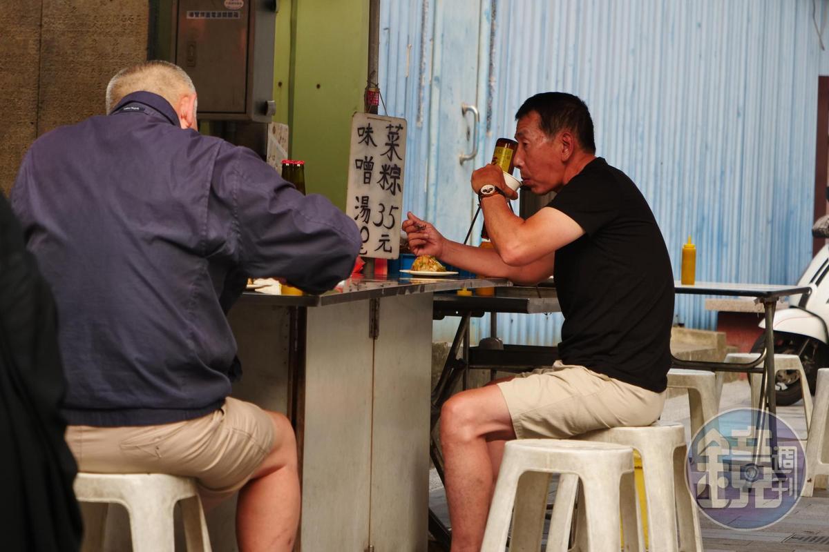 一口菜粽、一口決明子茶,是老顧客的標準吃法。