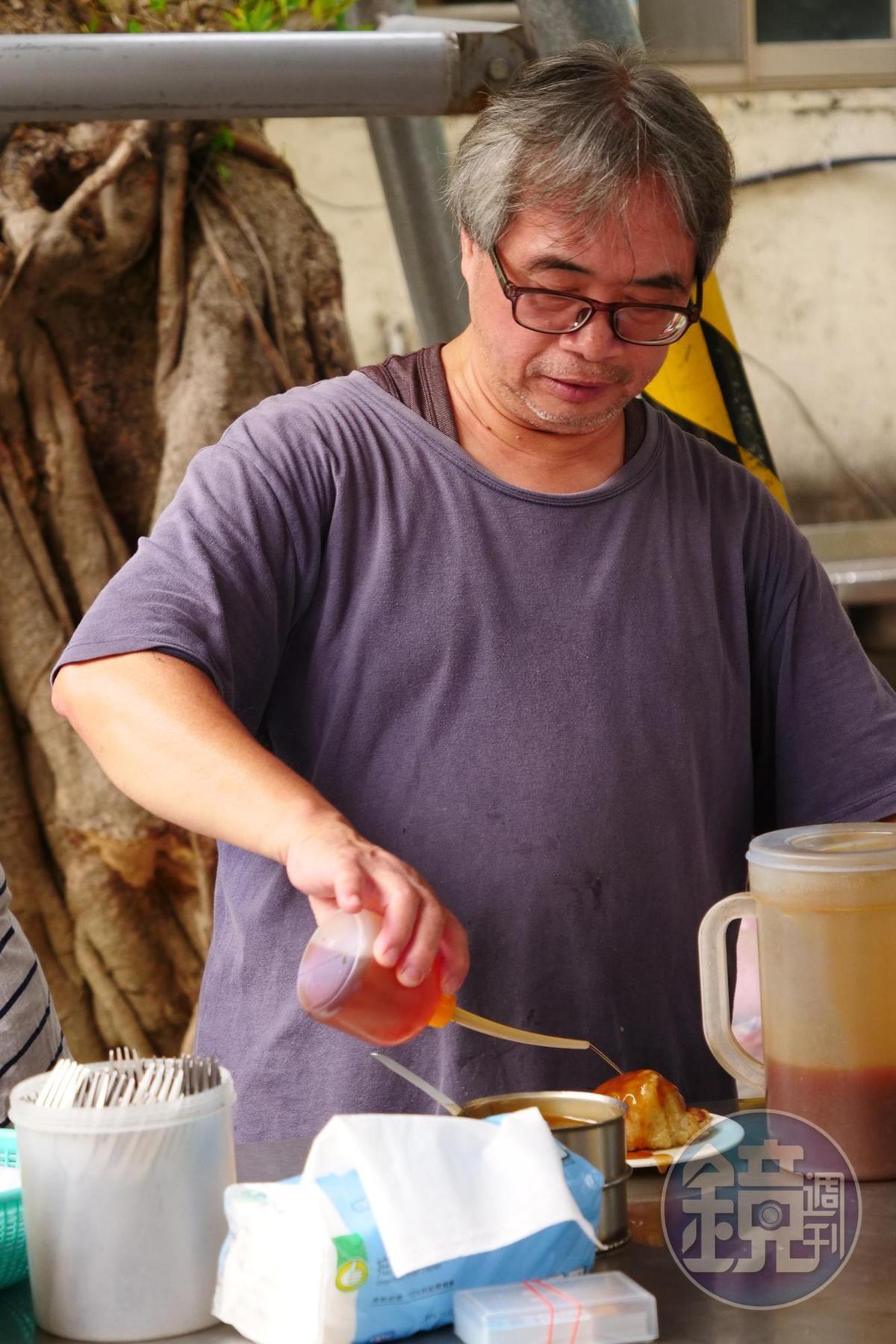 老鄭的菜粽不加花生粉,而以香油提味。