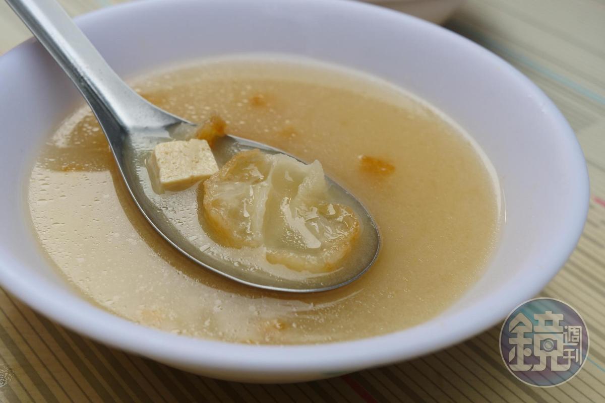 味噌湯加了油條,增添湯的香氣。(10元/碗)