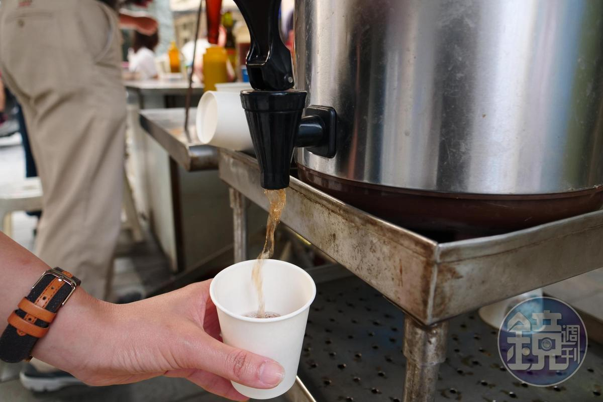 熱熱的決明子茶免費讓客人取用,特別解膩。