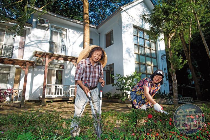 退休國小老師陳智夫(左)與校護妻子鍾綉貞(右),25年前規劃在苗栗南庄退休養老,意外跨入經營民宿與咖啡廳,開創事業第二春。