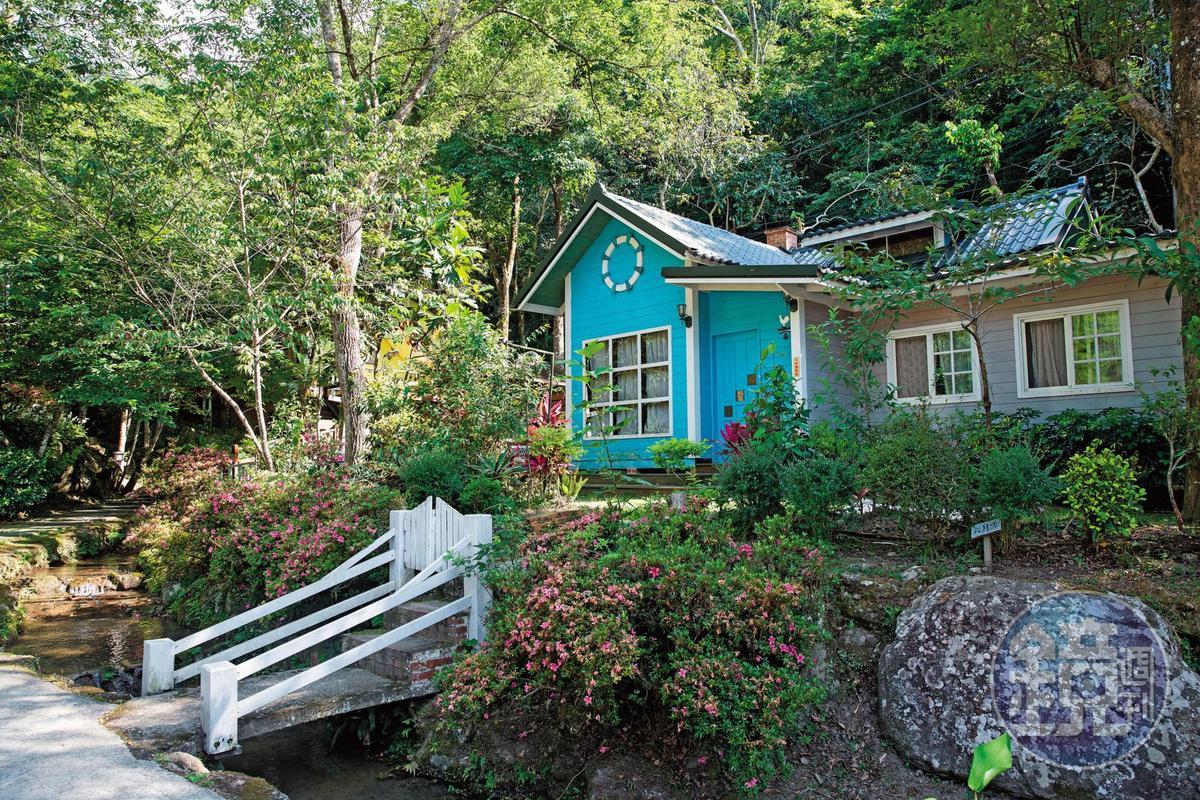 獨棟小木屋前院有小東河溪水環繞,室內設有寵物獨立空間,深受愛狗人士喜愛。