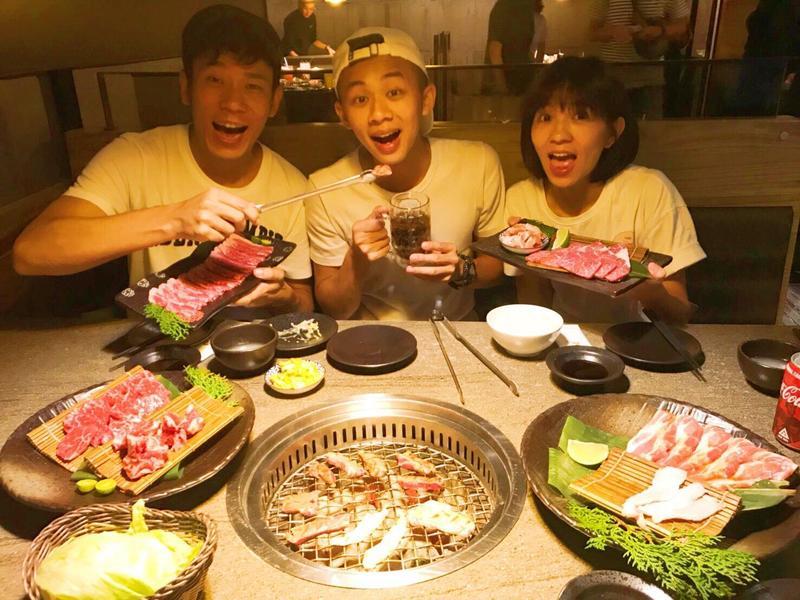 香蕉哥哥(左)與草莓姐姐(右)請吳政迪吃燒肉大餐。