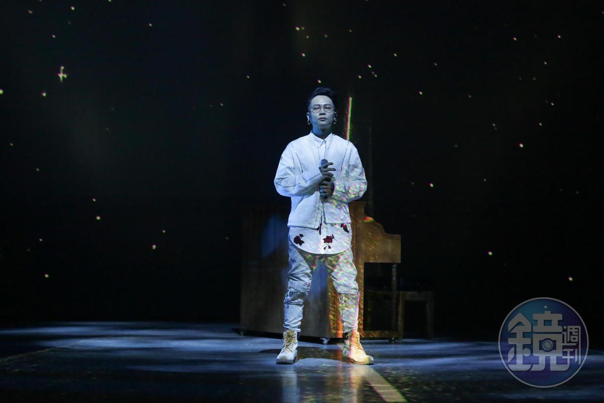 蕭秉治推出人生首張創作專輯《凡人》,周杰倫及五月天阿信錄VCR打氣,讓他情緒激動差點淚崩。