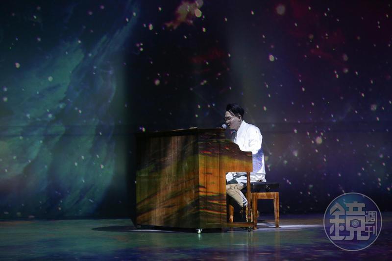記者會上邊彈鋼琴邊演唱,蕭秉治透露有樂器在手一掃面對媒體的緊張,心情自在。