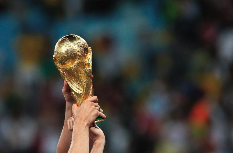世足賽的「大力神盃」重約6.1公斤,以18K金鑄造,是與賽各隊夢寐以求的終極目標。(東方IC)