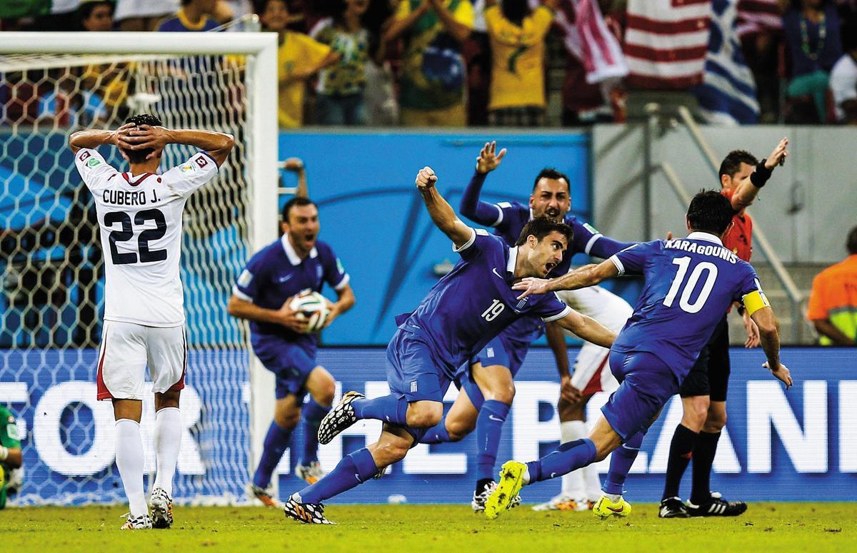 過去參加世界盃希臘隊(藍衣者)從未進球,但在2014年巴西世界盃,希臘不但已完成零的突破,最終更進入16強。(東方IC)