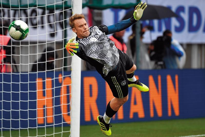 上屆世足的金手套獎是本屆德國隊長諾伊爾(Manuel Neuer),傷後重返戰場繼續擔任主力門將。(東方IC)