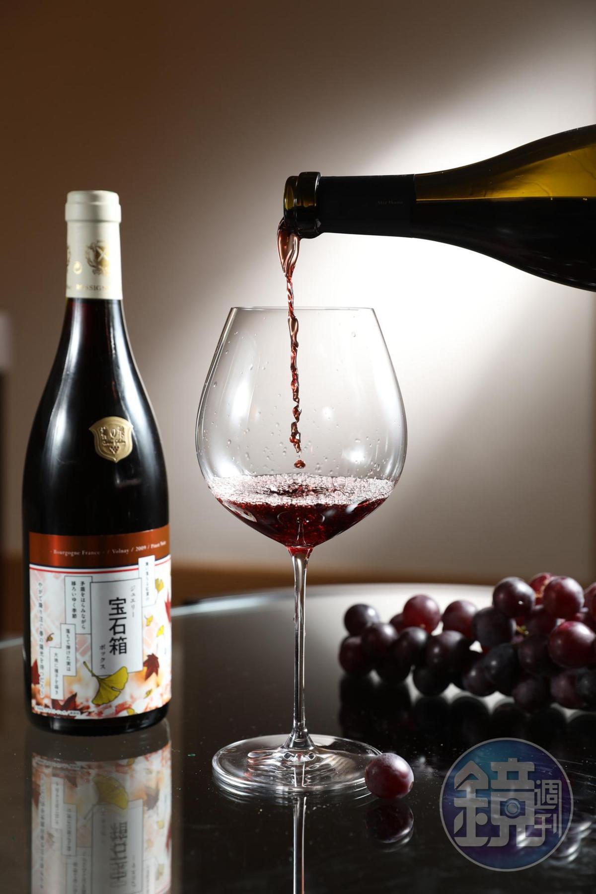 全球不到300瓶的特製「神の雫宝石箱 Volnay 2009」,微香料氣味,跟作品一樣帶有神祕的氣質。(25,000元客座餐酒套餐酒款)