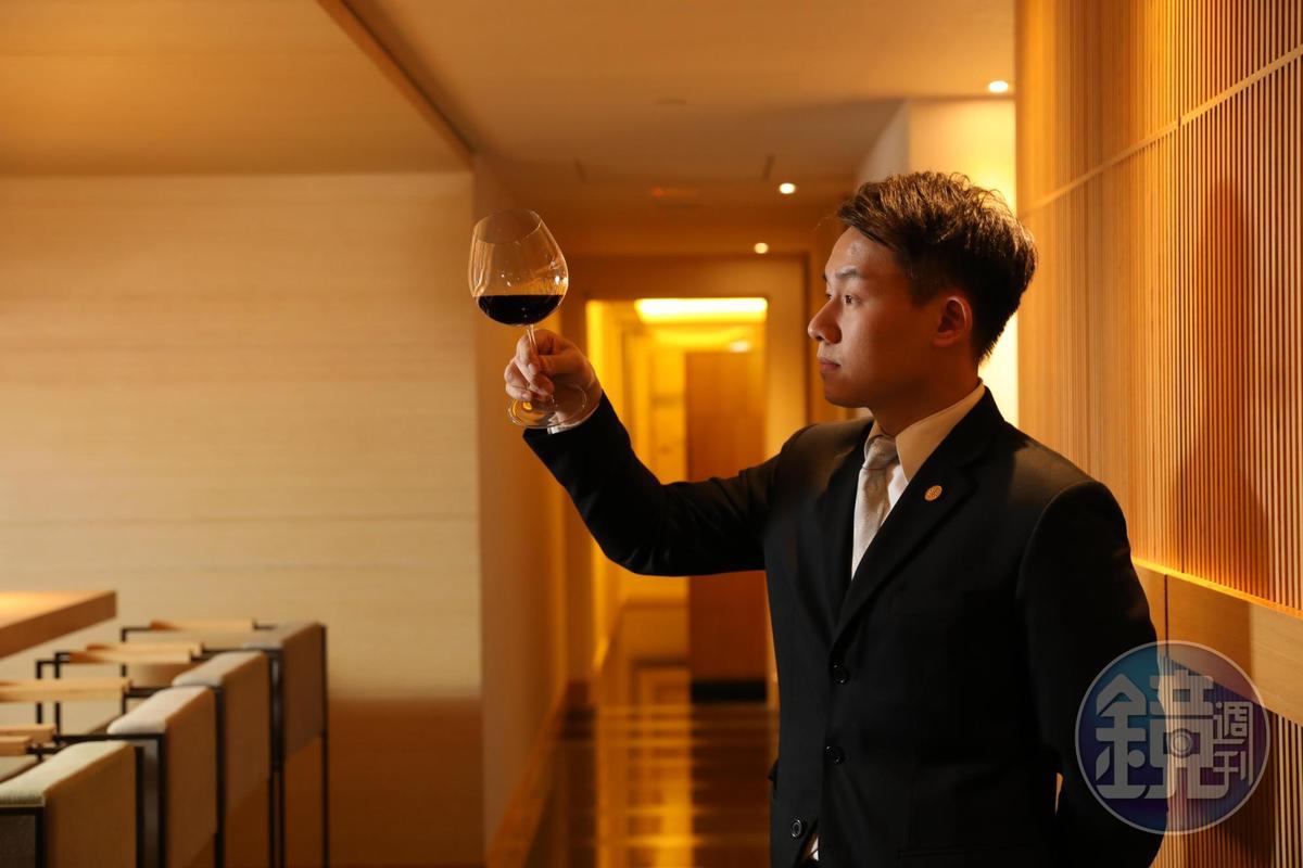 「台北西華飯店」侍酒師楊凱琅(Orbie)成功把台灣葡萄酒推上這場盛宴酒。
