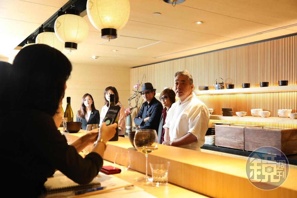 「KOUMA日本料理小馬」的木造板前料理檯,比照名廚神田裕行(右一)在東京米其林三星餐廳「かんだ」的設計打造而成。