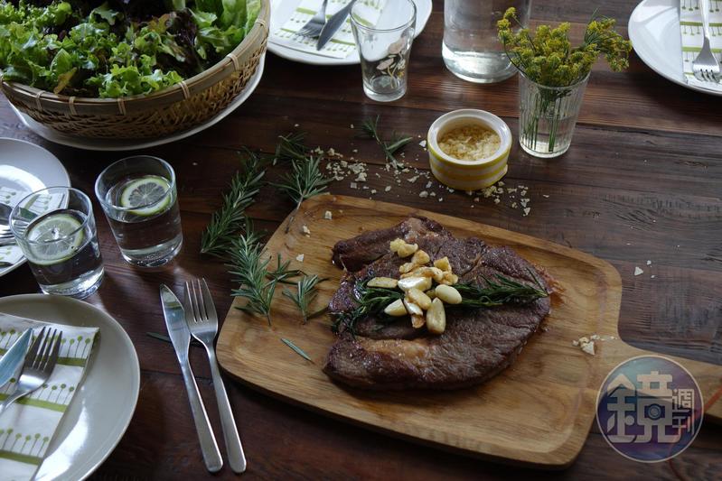 「湯瑪仕肉舖」的牛排部位選擇很多,這片「美國Prime頂級嫩肩沙朗牛排」先煎後烤,牛脂細潤,帶有彈嫰的油筋,肉味濃郁,烤好上桌,很氣派。
