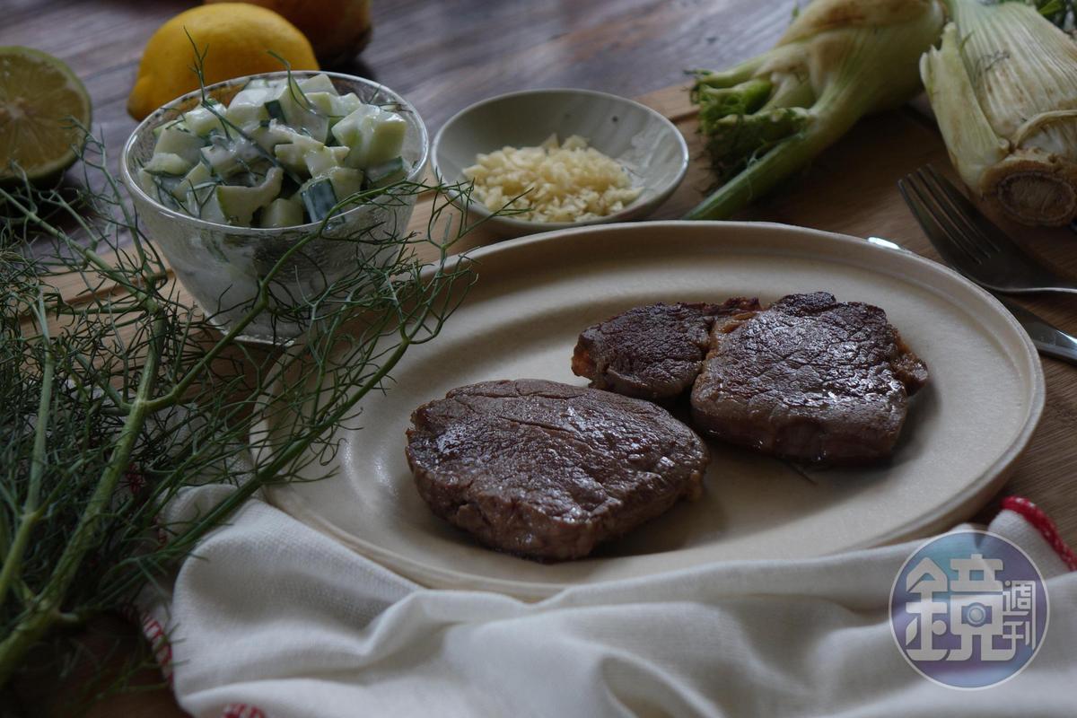 湯瑪仕肉舖的「巴拉圭菲力中段牛排」(草飼)」,菲力是前腰脊肉的,是整頭牛最軟嫩的部位,若以豬肉部位類比就是俗稱的「腰內肉」,這塊部位少油花、肉質軟嫩,是新開放進口的巴拉圭產地,牛隻以天然放牧管理,沒有明顯的草飼氣味,價格合理。