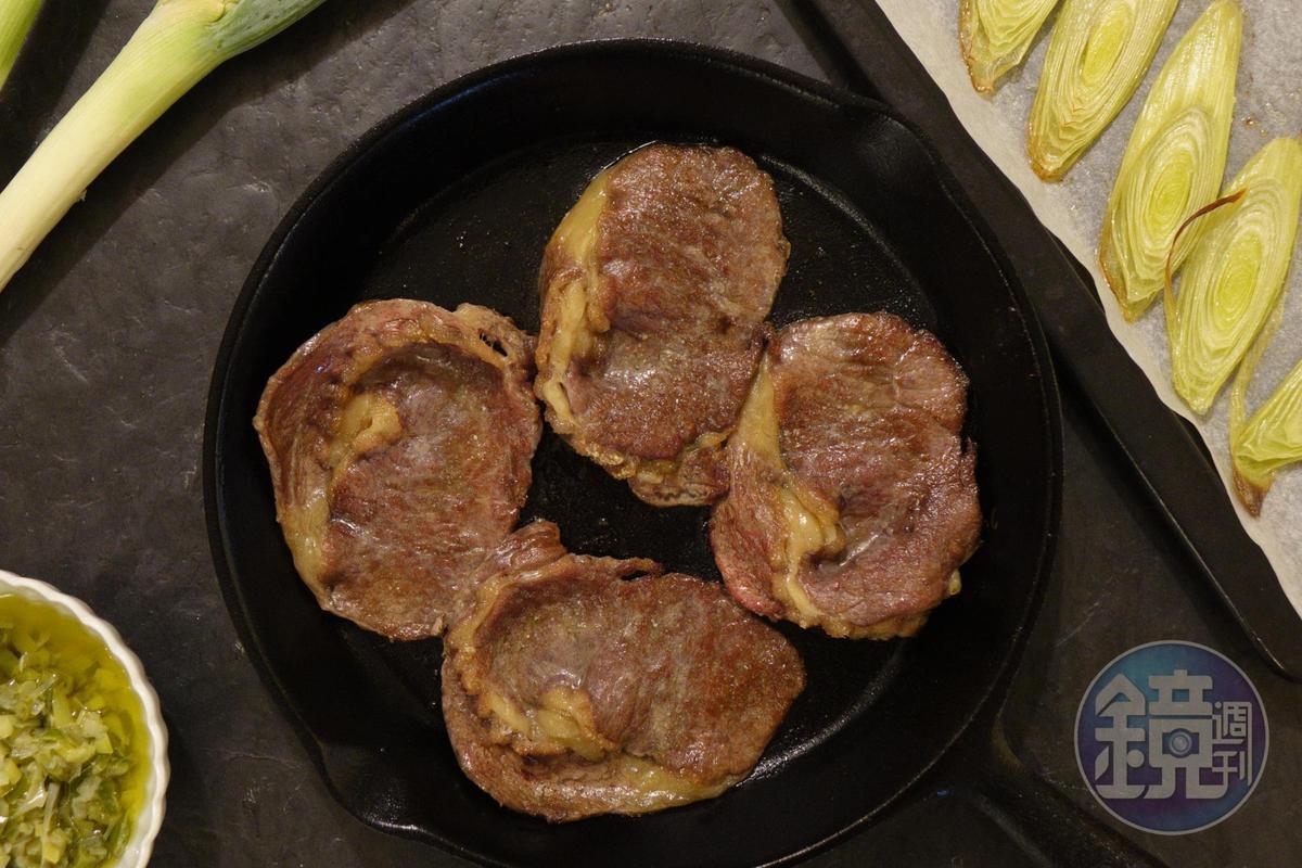 薄片的「澳洲特選熟成肋眼薄片(草飼)」,適合快速燒烤,我用鐵鍋乾煎,搭配烤大蔥、蔥油,轉換成中式或和風風味也很可口。