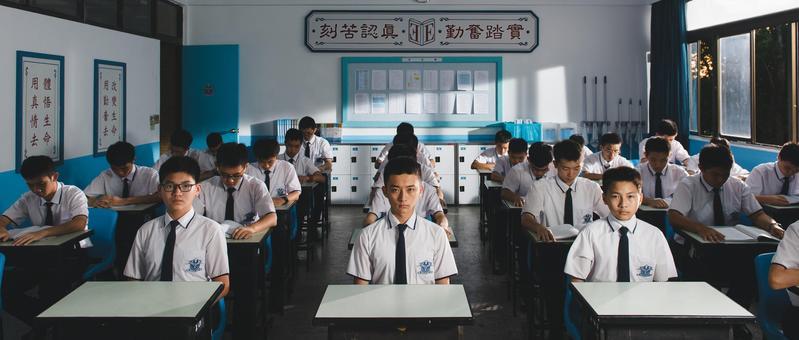 《藍色項圈》的學生在教室裡,卻一點笑容也沒有。(威視提供)