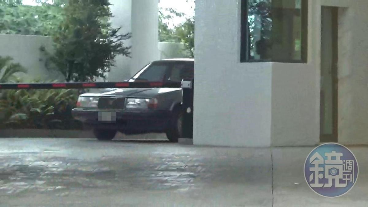曹克農與女同事一起從汽車旅館離開。