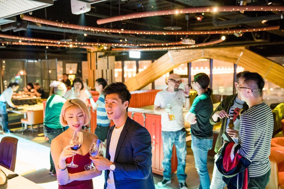 餐廳走時尚風,頗受年輕人青睞。(圖片由花酒蔵餐飲集團提供)