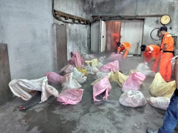 海巡人員在民宅冷凍庫發現50袋海豚肉。(海巡署提供)