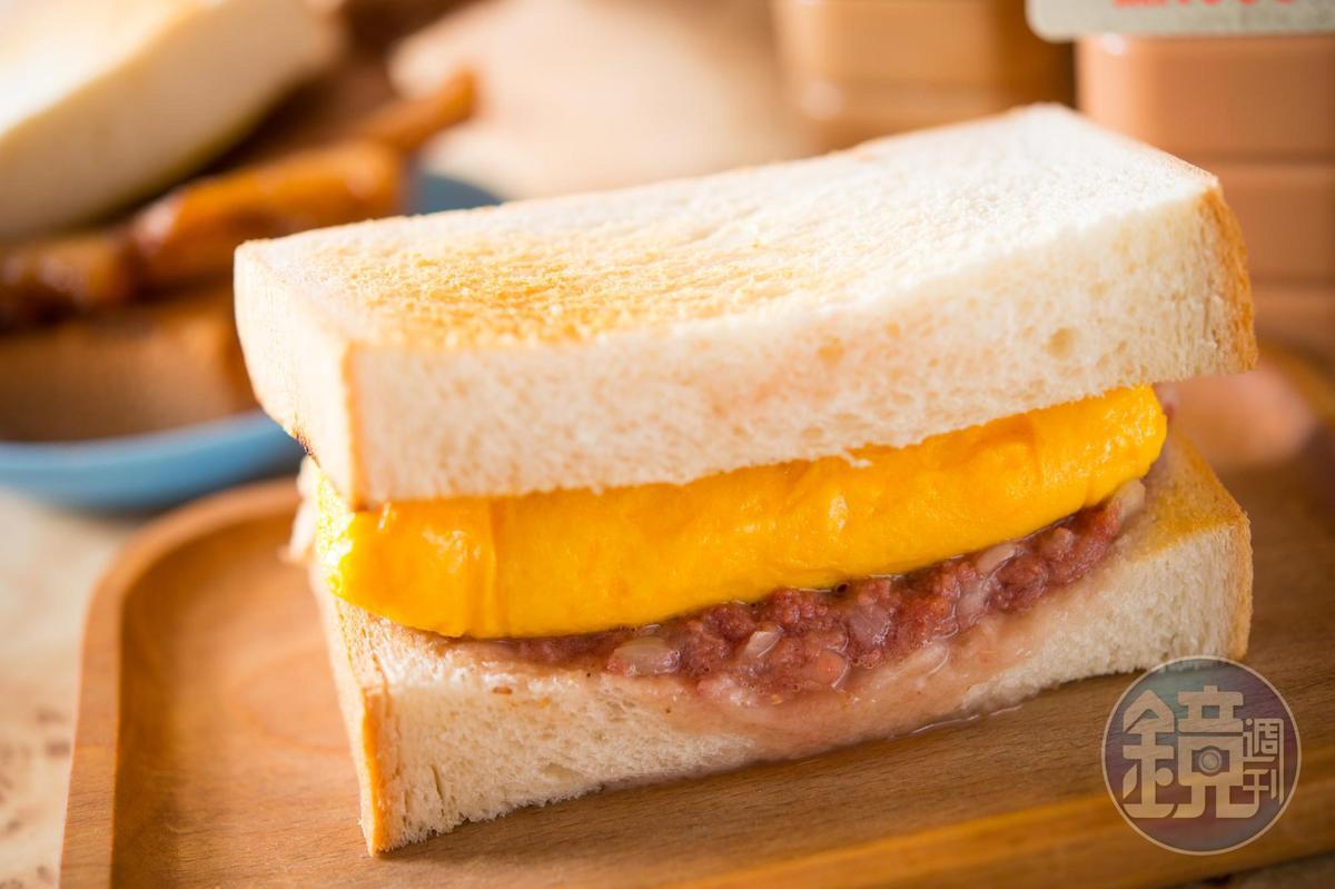 「祕製洋蔥鹹牛肉厚蛋多士」現點現煎蛋,香氣口感都到位。(澳門幣24元/份,約NT$87)