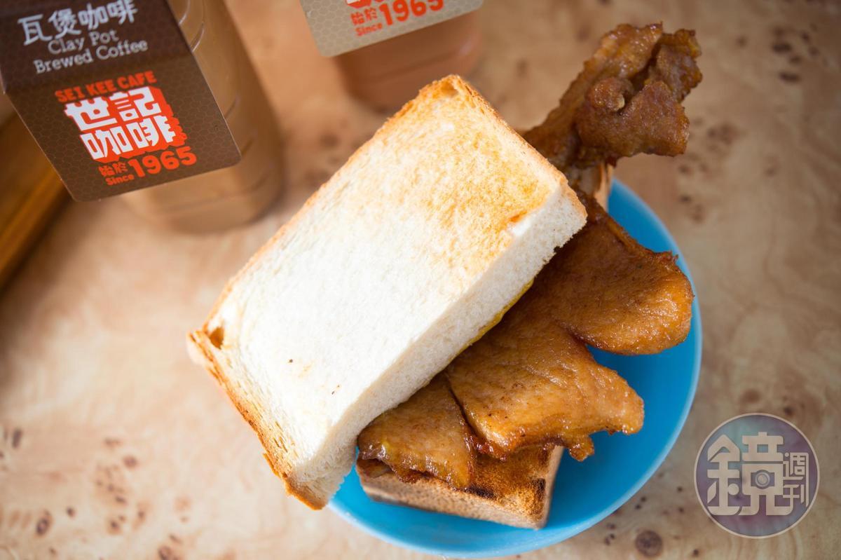 「豬扒包」的豬扒醃製24小時才下油鍋,噴香爆汁。(澳門幣28元/份,約NT$101)