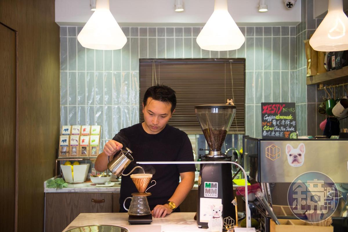 「Quarter Square」的設計師主人Alberto與客分享旅行時帶回的咖啡豆。