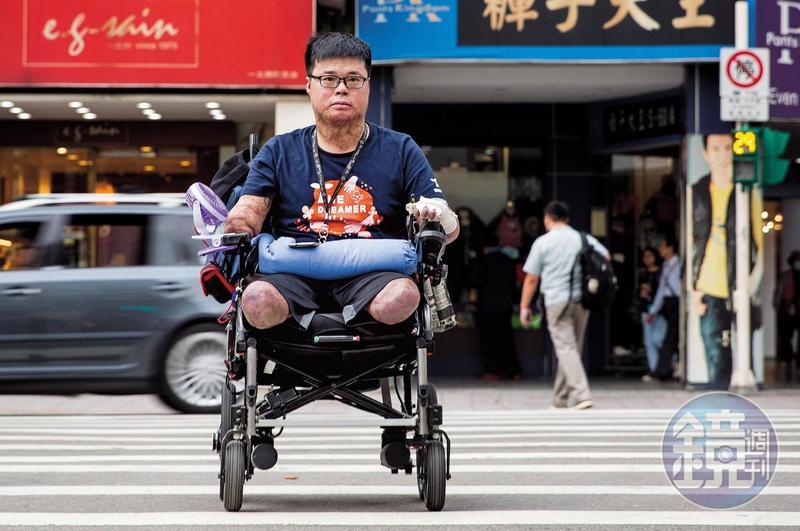 四肢僅剩手指無功能的左手,但駕著被戲稱為「寶馬」的電動輪椅,黃博煒大多時候並不需要看護協助移動。