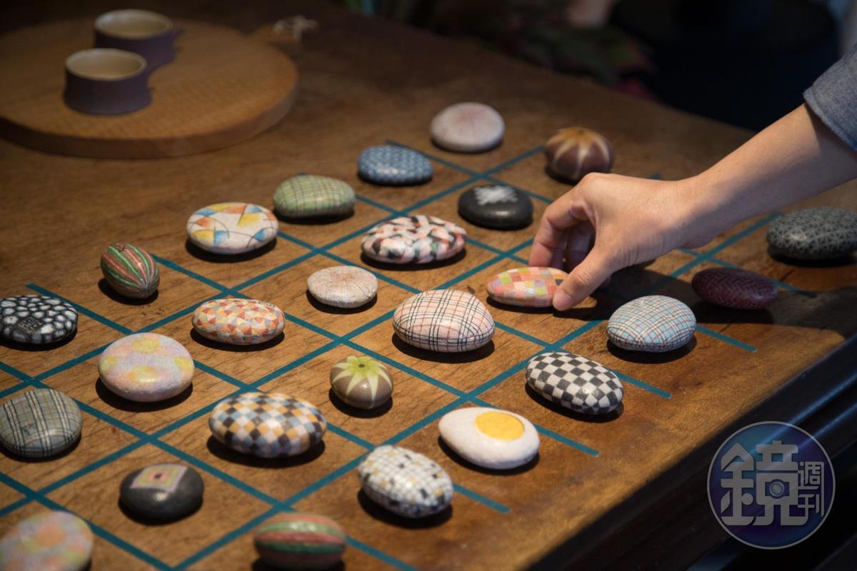 彩繪石頭出自司馬中原之子石頭伯,陳列有如棋弈般雅致。(600元/個)