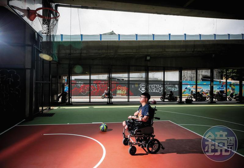 黃博煒說:「不能打籃球,不代表不能愛籃球。」他不願將籃球放在腿上拍照,透露了1秒的感傷,只是1秒,又補充:「我怕別人誤會我已經可以打籃球了。」