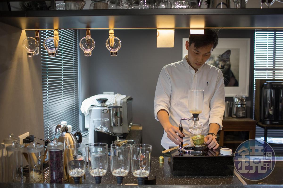 咖啡吧檯簡約有型,一杯生活感咖啡,拉近藝術距離。