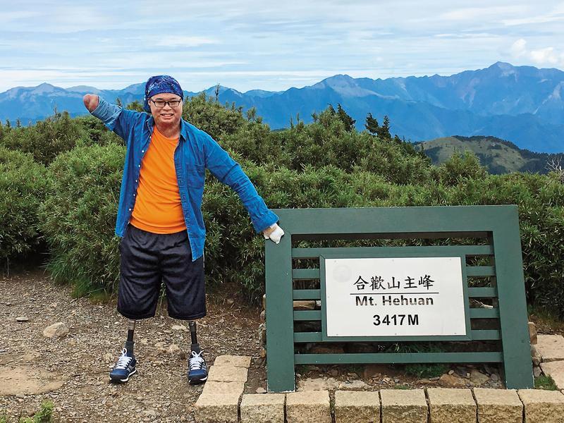 傷後2年,黃博煒自稱因為「被激」,挑戰攀登合歡山,花了3、4個月訓練,於去年7月10日登上主峰。(黃博煒提供)